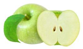 Ganzes und Schnitt im halb grünen Apfel mit dem Blatt lokalisiert auf Weiß mit Beschneidungspfad Lizenzfreie Stockfotografie