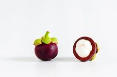 Ganzes und Schnitt offene Mangostanfrüchte Stockfotos