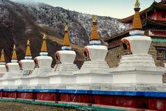 Ganzi, Китай: Белое Dagobas на ските Стоковое Фото