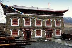 Ganzi Kina: Tibetan klosterbyggnad Arkivbild