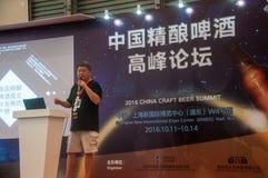 Gao Yan, der am China-Handwerks-Bier-Gipfel 2016 spricht Lizenzfreie Stockbilder