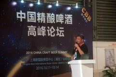 Gao Yan, der am China-Handwerks-Bier-Gipfel 2016 spricht Stockfotos