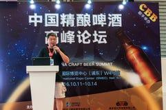 Gao Yan, der am China-Handwerks-Bier-Gipfel 2016 spricht Stockfotografie