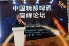 Gao Yan, der am China-Handwerks-Bier-Gipfel 2016 spricht Stockbilder