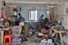 """GAOZHOU, †de CHINA """"CERCA DO MARÇO DE 2019: Dentro da fábrica do handwork das luvas do trabalho foto de stock royalty free"""