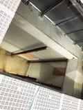 Gap dans la nouvelle pièce propre pour la construction d'ascenseur d'ascenseur, bâtiment industriel photo stock