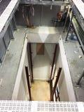 Gap dans la nouvelle pièce propre pour la construction d'ascenseur d'ascenseur, bâtiment industriel image stock