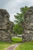 Gap dans le mur montre la rivière au château d'Inverloch, Ecosse Photos stock