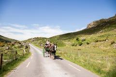 Gap von Dunloe, Irland - Leute, die eine Pferdekutschfahrt nahe bei Augher See in der Grafschaft Kerry genießen Lizenzfreies Stockbild