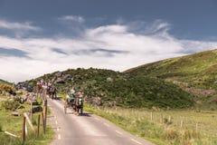 Gap von Dunloe, Irland - Leute, die eine Pferdekutschfahrt nahe bei Augher See in der Grafschaft Kerry genießen Stockbilder