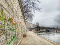Gaphic ściana w bocznym spacerze rzeczny park, Lion stary miasteczko, Francja Obrazy Stock