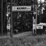 Gapi się Splavy, republika czech - august 12, 2017: wejściowa brama obozowy Andrea Machovo jezero jeziorem w Machuv kraju regionu Zdjęcie Stock