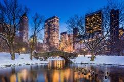 Gapstow bro i vinter, Central Park royaltyfria bilder