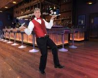 Garçom engraçado, barman, álcool, sala de estar Fotos de Stock Royalty Free