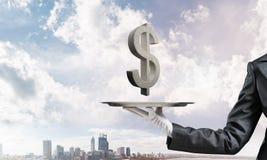 Garçom que apresenta o símbolo do dólar na bandeja Imagens de Stock Royalty Free