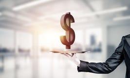 Garçom que apresenta o símbolo do dólar na bandeja Fotografia de Stock Royalty Free