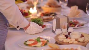 Garçom Serves Banquet Table video estoque
