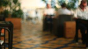 Garçom Serves Banquet Table Pares em um restaurante video estoque