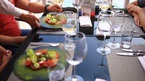 Garçom Serves Banquet Table Pares em um restaurante Vinho bebendo video estoque