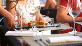 Garçom Serves Banquet Table Pares em um restaurante Vinho bebendo filme