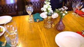 Garçom Serves Banquet Table Preparação para o banquete do casamento video estoque