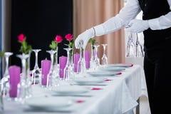 Garçom Setting Wedding Table imagens de stock