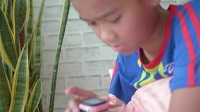 Garçon à l'aide de son dispositif intelligent de montre dans le salon clips vidéos