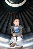 Garçon à l'intérieur de turbine Photos libres de droits