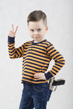 Garçon à la mode dans un T-shirt blanc et des bretelles Photographie stock libre de droits
