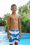 Garçon à la piscine image stock