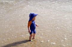 Garçon à la plage photographie stock