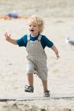 Garçon à la plage photos libres de droits
