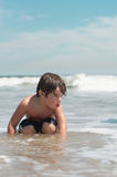 Garçon à la plage d'océan Images libres de droits