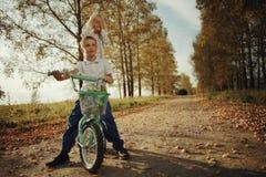 Garçon à la route de campagne d'automne Photo stock