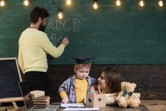 Garçon écoutant la maman avec l'attention Concept de Homeschooling La famille s'inquiète de l'éducation de leur petit fils futé image libre de droits