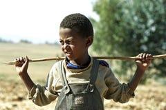 Garçon éthiopien d'Oromo de portrait avec le bâton image libre de droits