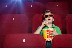Garçon étonné dans la salle de cinéma photos libres de droits