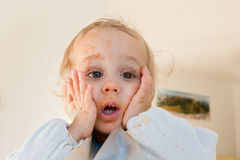 Garçon étonné par jeunes mignons photographie stock libre de droits