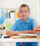 Garçon étudiant des maths Images libres de droits