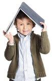 Garçon adorable affichant un livre Images libres de droits