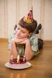 Garçon adorable avec le gâteau d'anniversaire sur le plancher Images libres de droits