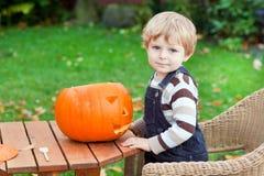 Garçon adorable d'enfant en bas âge avec le potiron de veille de la toussaint Photo libre de droits