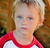 Garçon adorable d'enfant en bas âge avec les yeux bleus renversants Image libre de droits