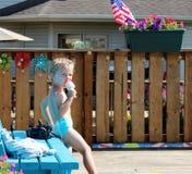 Garçon adorable d'enfant en bas âge mangeant une glace à l'eau par la piscine Photos stock