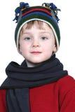 Garçon adorable dans le chapeau de l'hiver et le chandail rouge images stock