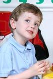 Garçon adorable de quatre ans à l'école maternelle images libres de droits