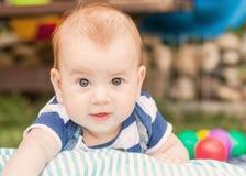 Garçon adorable heureux de CAUCASIEN de bébé images libres de droits