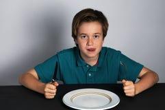 garçon affamé images libres de droits