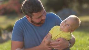 Garçon affectueux de père et d'enfant en bas âge ayant l'amusement dehors banque de vidéos