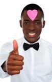 Garçon africain d'amour faisant des gestes le thumbs-up Photos libres de droits